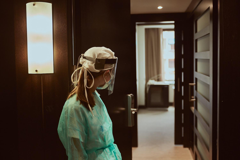 """Emergencia sanitaria COVID19. Asistencia en el Hotel Meliá Barcelona Sarrià, convertido en """"Hotel Salut"""" dependiendo del Hospital Vall d'Hebron. (© Enrique Aranda)"""