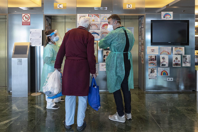 08/04/2020 Llegada al Hotel Meliˆ Sarriˆ de pacientes que ya han superado el coronavirus, procedentes del Hospital Vall dÕHebron. En la imagen, el director del hotel Enrique Aranda, de verde, junto a un paciente.  Foto: Joan S‡nchez